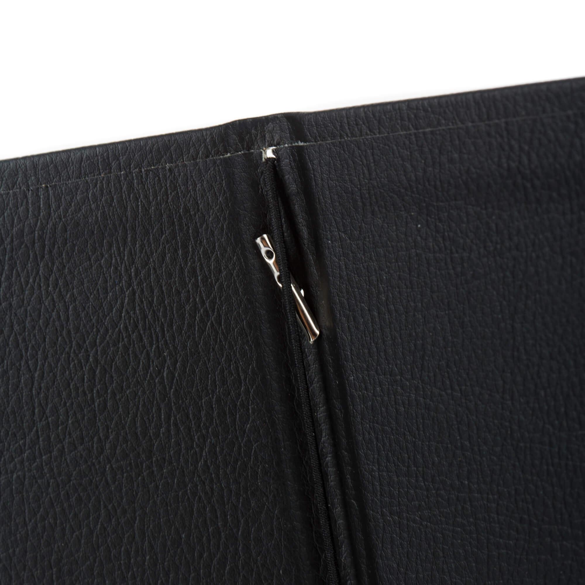 Fekete bőrhatású gumis étlaptartó belül gumi A5